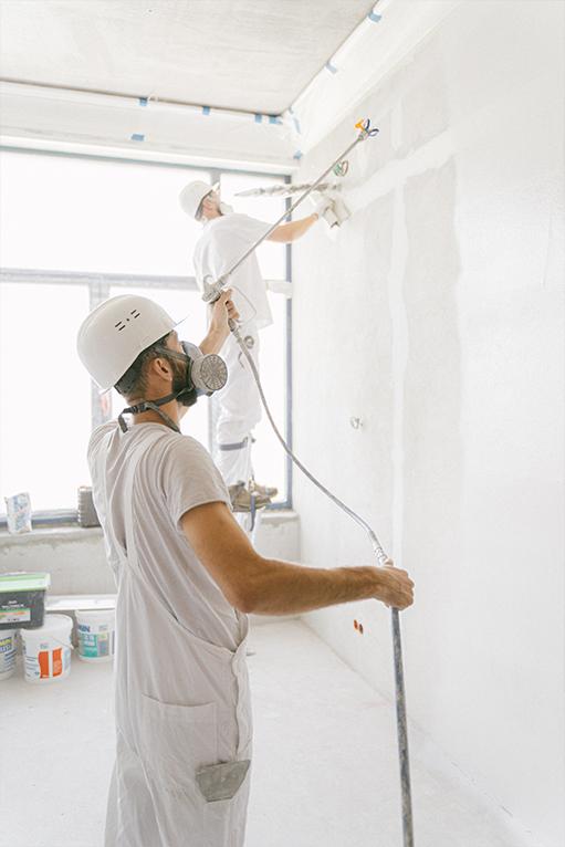 To menn som sparkler og maler vegger